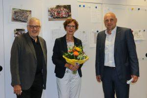 """""""Seitdem hat sich das Goethe komplett verändert"""" – die stellvertretende Schulleiterin Claudia Cavedon wird von OB Stefan Schlatterer und Hans-Jörg Jenne nach 16 Dienstjahren in den Ruhestand verabschiedet"""